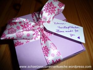 Geschenkschachtel verschlossen mit Etikett