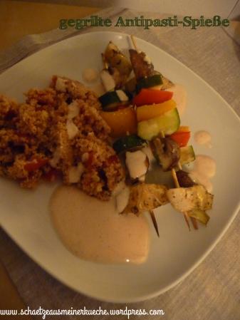 Tomaten-Couscous mit gebackenen Antipast-Spießen