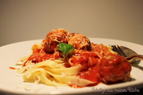 Pasta mit Tomatensauce und Hackbällchen