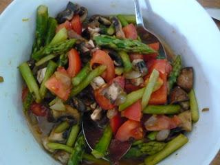 Spargelsalat mit Champignons und Tomaten