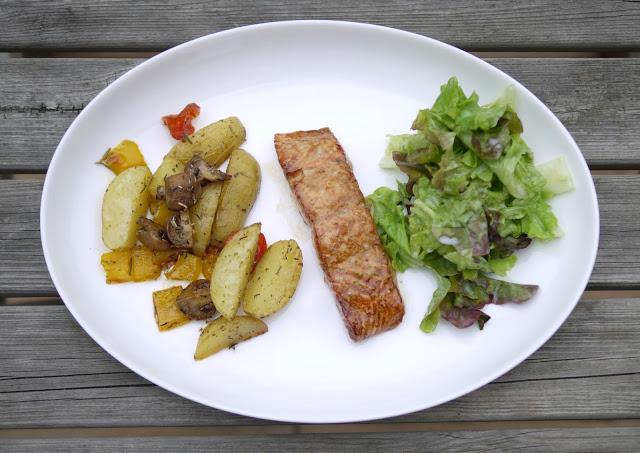 Lachs mit Ofengemüse und grünem Salat