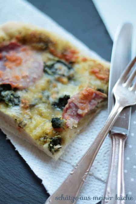 Pizza mit Basilikum-Sahne-Pesto, Spinat und scharfer Salami