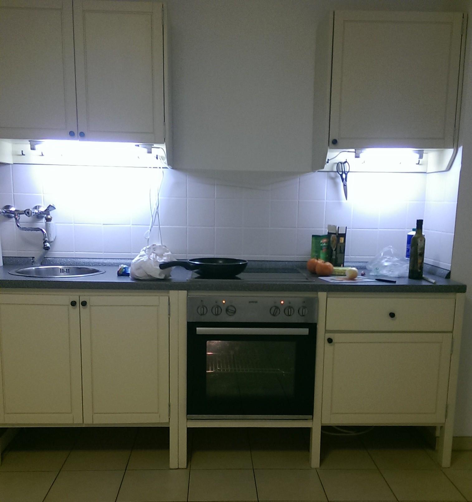 neue Küchenzeile elfenbeinweiß